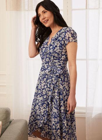 Robe portefeuille fleurie à volant, Bleu,  robe, cache-coeur, manches courtes, ajustée, portefeuille, ruban à nouer, volant, ourlet asymétrique, floral, fleuri, mousseline, printemps été 2021