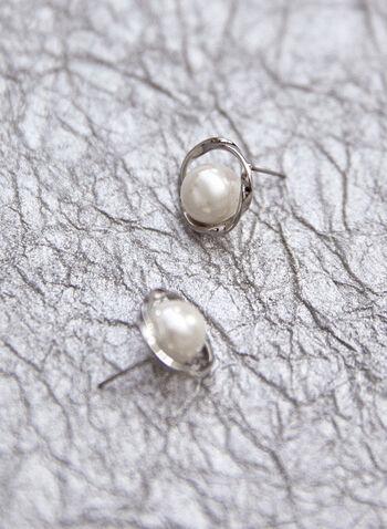 Boucles d'oreilles à perle et anneau torsadé, Blanc cassé,  accessoire, bijou, boucles d'oreilles, sur tige, anneau, métal torsadé, argent, perle, printemps été 2021