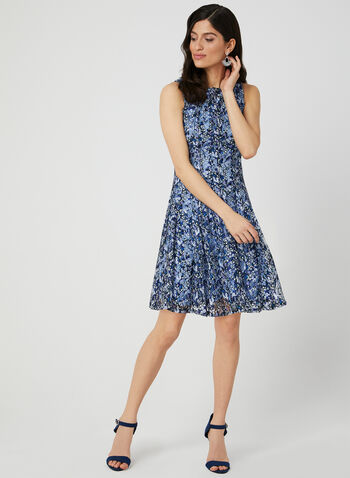 Robe ajustée et évasée en dentelle, Bleu,  robe de jour, sans manches, ajustée et évasée, dentelle, fleurs, printemps 2019