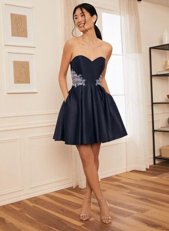 Robe courte satinée à détails brodés, Bleu,  robe courte, robe, robe de soirée, occasion, broderies, cristaux, satin, poches, col cœur, épaules dénudées, printemps été 2021