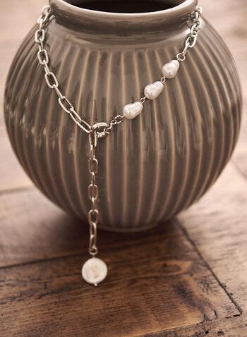 Collier chaîne et perles fermé à l'avant, Blanc cassé,  accessoire, bijou, collier, maillons, agenté, argent, perles, fermeture avant, printemps été 2021