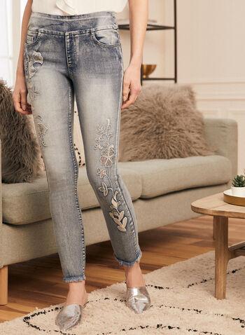 Jeans pull-on à broderies florales, Bleu,  jambe étroite, pantalon à enfiler, broderies florales, sequins, ourlets effilochés, cheville, doux, extensible, printemps été 2021