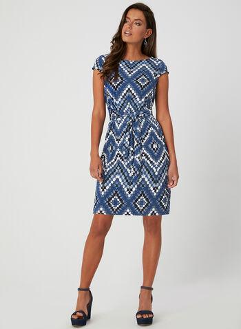 Sandra Darren - Robe à imprimé chevrons, Bleu,  manches cape, jersey texturé, taille ceintrée, lien à nouer, printemps été 2019