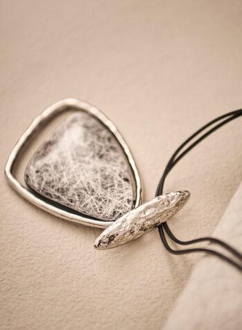 Collier à pendentif triangulaire surdimensionné, Gris,  accessoires, bijoux, collier, pendentif triangulaire arrondi, anneau métallique assorti, métal texturé, cordon, pince homard, automne hiver 2021
