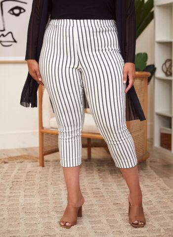 Capri à enfiler à rayures verticales, Noir,  capri, pantalon, bas, à enfiler, jambe étroite, glissière, ganses pour ceinture, poches, motif, rayures verticales, printemps été 2021