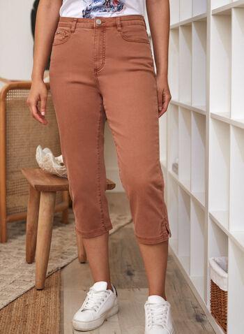 Capri en denim à ourlet fendu, Brun,  pantalon, capri, jean, fait au canada, taille haute, jambe étroite, bouton, glissière, ganses, poches, rivets métalliques, ourlet fendu, denim extensible, printemps été 2021