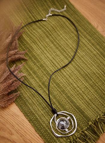 Collier long à pendentif spirale, Noir,  accessoires, bijoux, collier, collier long, cordon, spirale, métal, argent, métal martelé, détails, cristaux, automne hiver 2021